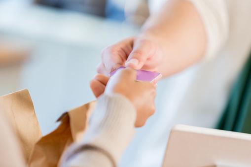 Unrecognizable Coffee Shop Customer Pays With Plastic - Fotografie stock e altre immagini di Abbigliamento casual