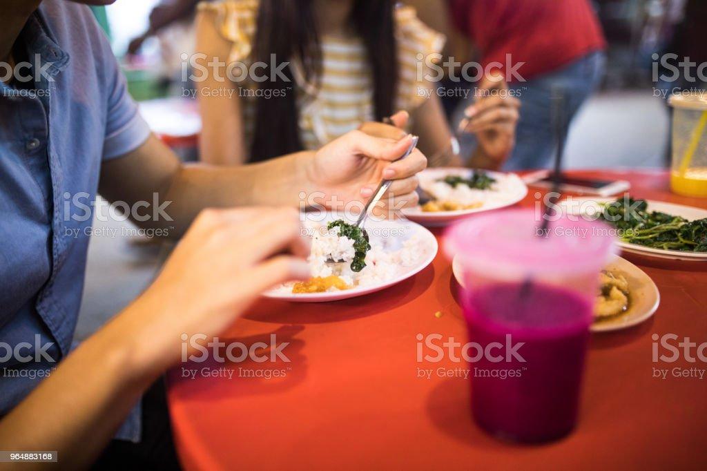 無法辨認的夫婦吃街道食物 - 免版稅20歲到24歲圖庫照片