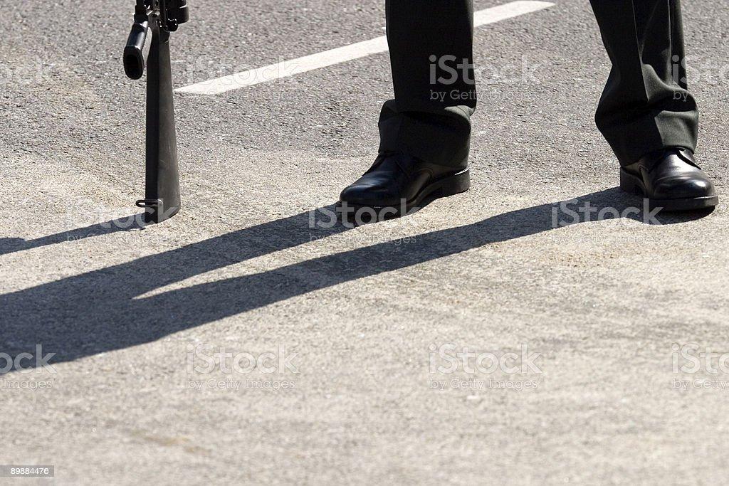 Nicht erkennbare guard mit seiner Waffe ruhen auf dem Boden Lizenzfreies stock-foto