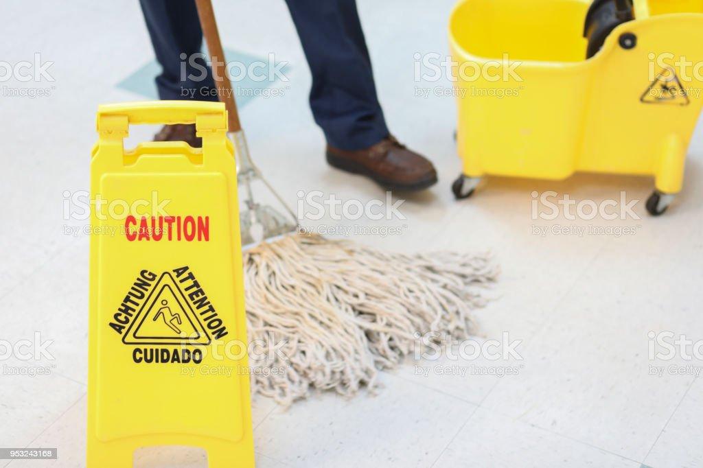 Photo libre de droit de m connaissable concierge m le serpilli re dans immeuble de bureaux - Formation de concierge d immeuble ...