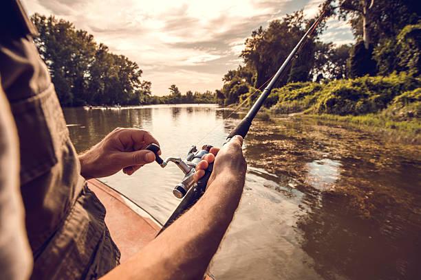 Nicht erkennbare Mann Fliegenfischen auf den Fluss. – Foto