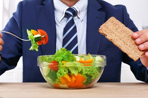 Nicht Erkennbare Mann Hat Ein Gesundes Geschäftsessen In Modernes Büro Stockfoto und mehr Bilder von Abnehmen
