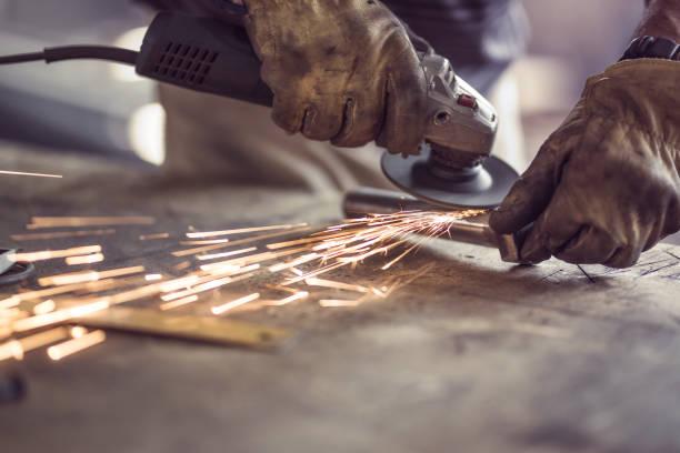 Plancha de corte obrero irreconocible con una sierra en un taller. - foto de stock