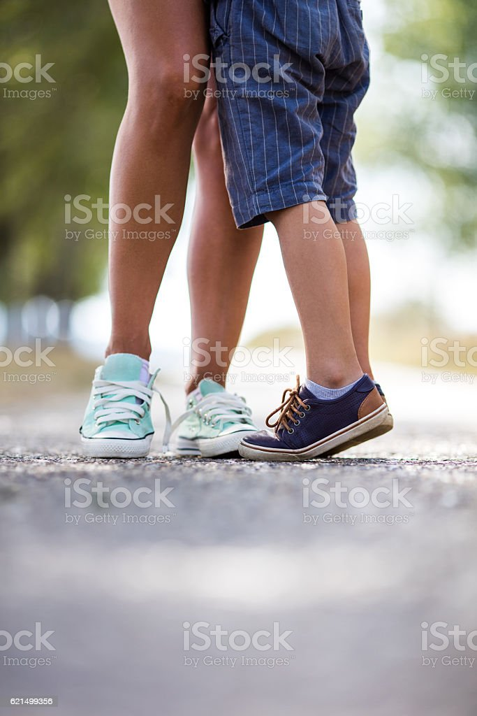 Unrecognizable mother and son standing at the park. foto stock royalty-free