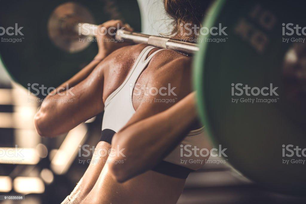 Nicht erkennbare muskulös Frau Kraft zu tun Übungen mit Langhantel in einem Fitnessstudio. – Foto