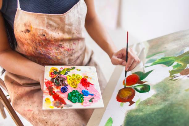 méconnaissable peintre dans l'atelier de dessin - gaucher photos et images de collection