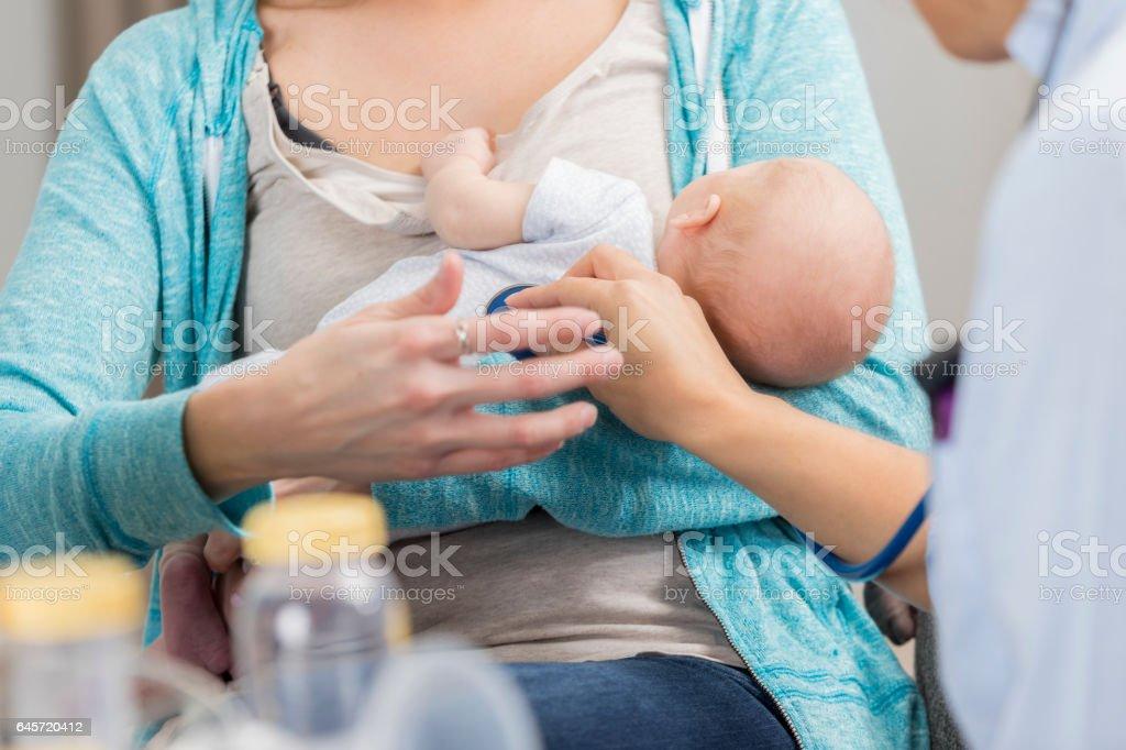 Pediatra irreconhecível usa estetoscópio ao examinar o bebê recém-nascido - foto de acervo