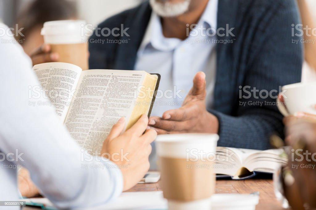 Onherkenbaar mensen bestuderen van de Bijbel foto
