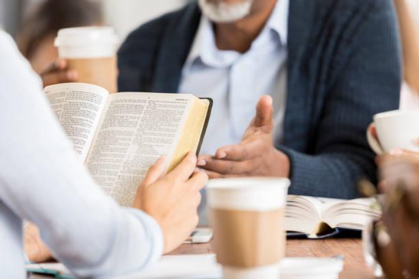 nicht erkennbare personen studieren der bibel - bible stock-fotos und bilder