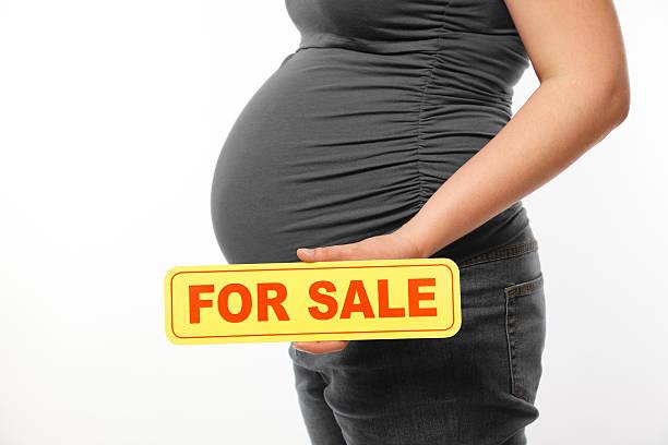 nicht erkennbare schwangere frau holding zeichen für den verkauf - sprüche zur schwangerschaft stock-fotos und bilder