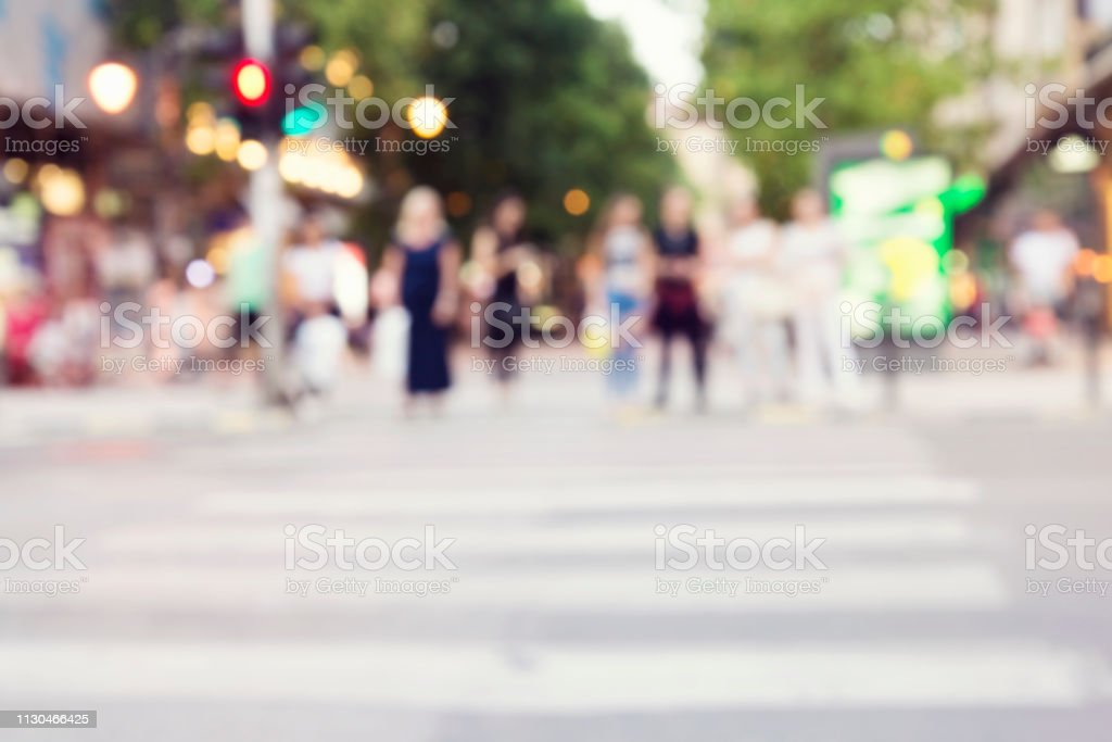 irreconocibles siluetas de personas caminando en una calle - foto de stock