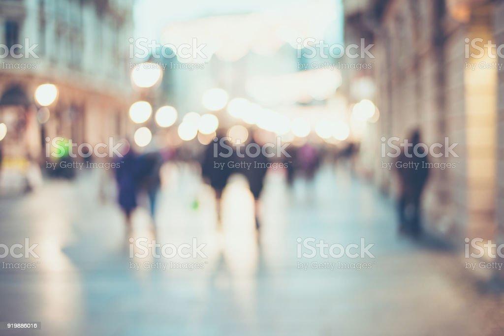irreconhecíveis silhuetas de pessoas andando em uma rua - foto de acervo