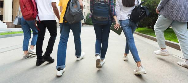 unrecognizable teenage students in high school campus - compagni scuola foto e immagini stock