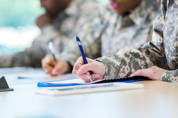 nicht erkennbare veteranen nehmen einen college-kurs - militärisches training stock-fotos und bilder