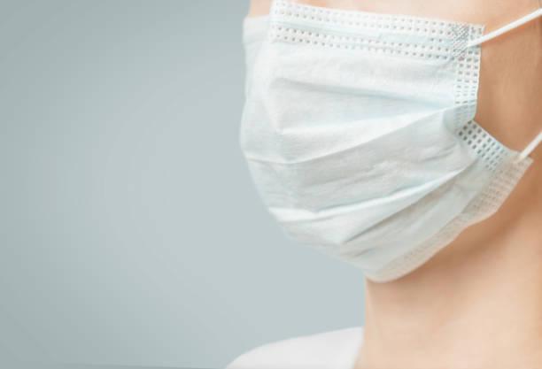 医療用保護マスク、クローズアップで認識できない女性。 - マスク ストックフォトと画像