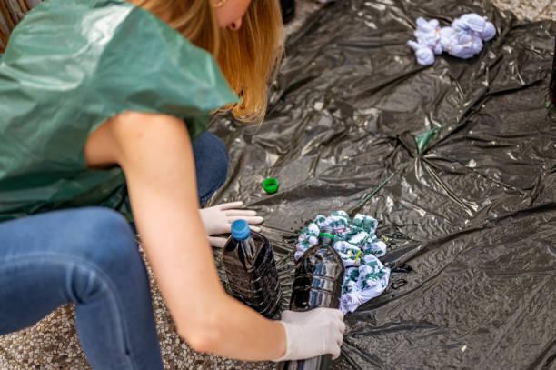 Unkenntlich frau macht Krawatte Farbstoff Kleidung auf dem Boden im Freien auf dem Dach – Foto