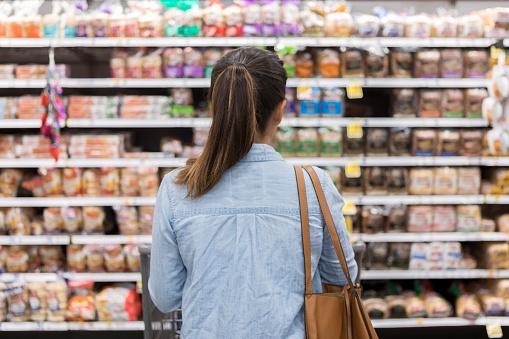 Oigenkännlig Kvinna Underverk På Livsmedelsbutiker Bröd Selection-foton och fler bilder på Affär