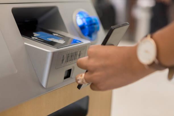 nicht erkennbare frau scans smartphone an automaten am flughafen - ring anleitung stock-fotos und bilder
