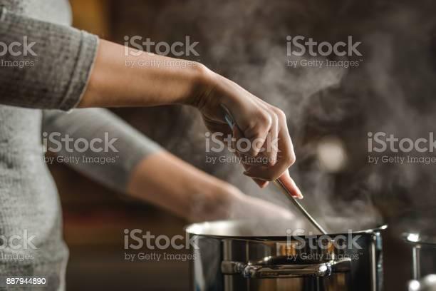 Unrecognizable Woman Stirring Soup In A Saucepan While Making Lunch - Fotografias de stock e mais imagens de Adulto