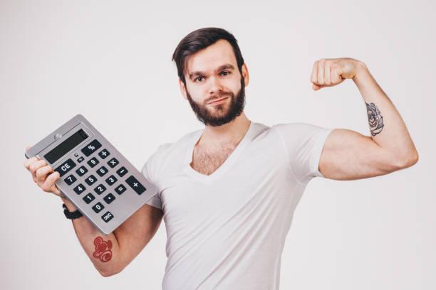 bärtigen mann im weißen t-shirt zeigt einen großen taschenrechner - geek t shirts stock-fotos und bilder