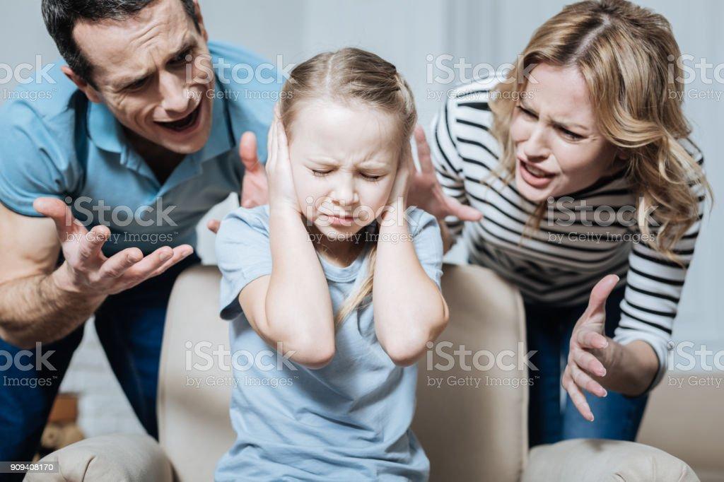 Ernst Mädchen und ihre Eltern sie anschreien – Foto