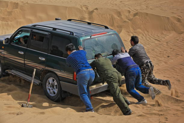 Unstucking a green off-road car stuck in sand-Taklamakan desert-Keriya county-Xinjiang-China-0255 – Foto