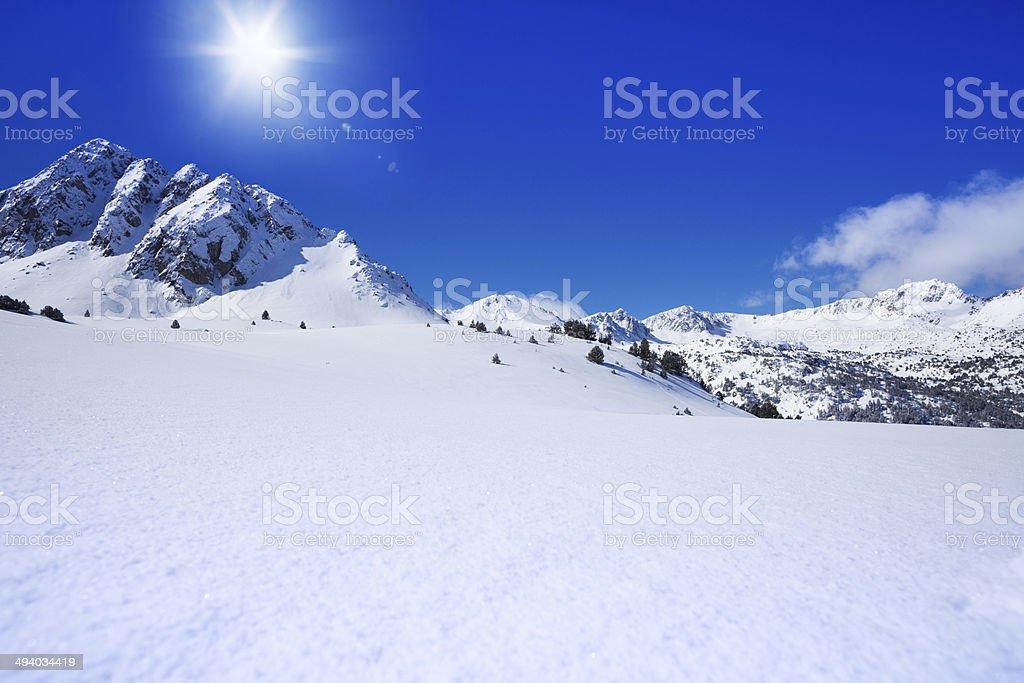 Intacto montaña con nieve belleza - foto de stock