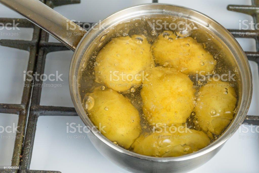 Unbehandelte Kartoffeln Kochen In Einem Topf Auf Einem Gasherd Stock