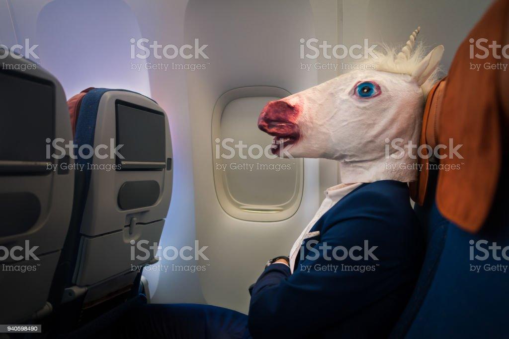 Passager inhabituel en costume élégant assis tout seul à l'intérieur de l'avion et prêt au départ - Photo