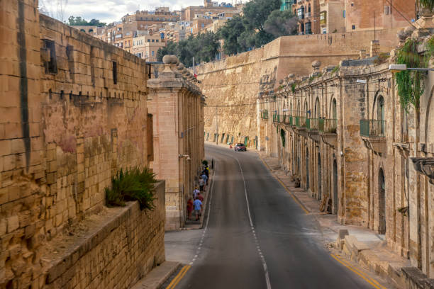 ovanlig ovanifrån av maltesiska vägen i staden valletta - walking home sunset street bildbanksfoton och bilder