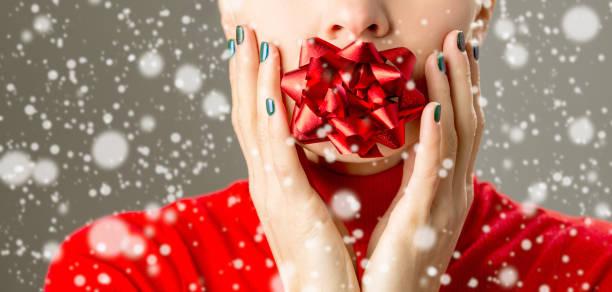 ungewöhnliche winter urlaub frau - nageldesign weihnachten stock-fotos und bilder