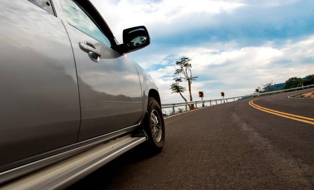 görünüm alma araba yokuş yukarı yolda - pikap stok fotoğraflar ve resimler