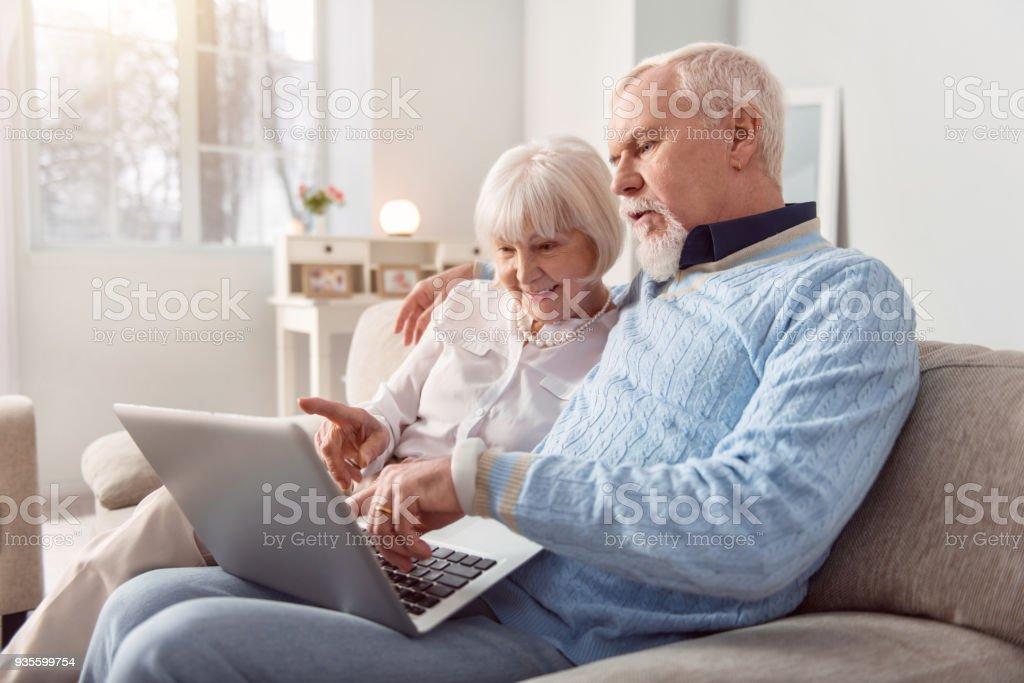 Optimistischen älteres paar Online-Einkäufe zusammen – Foto