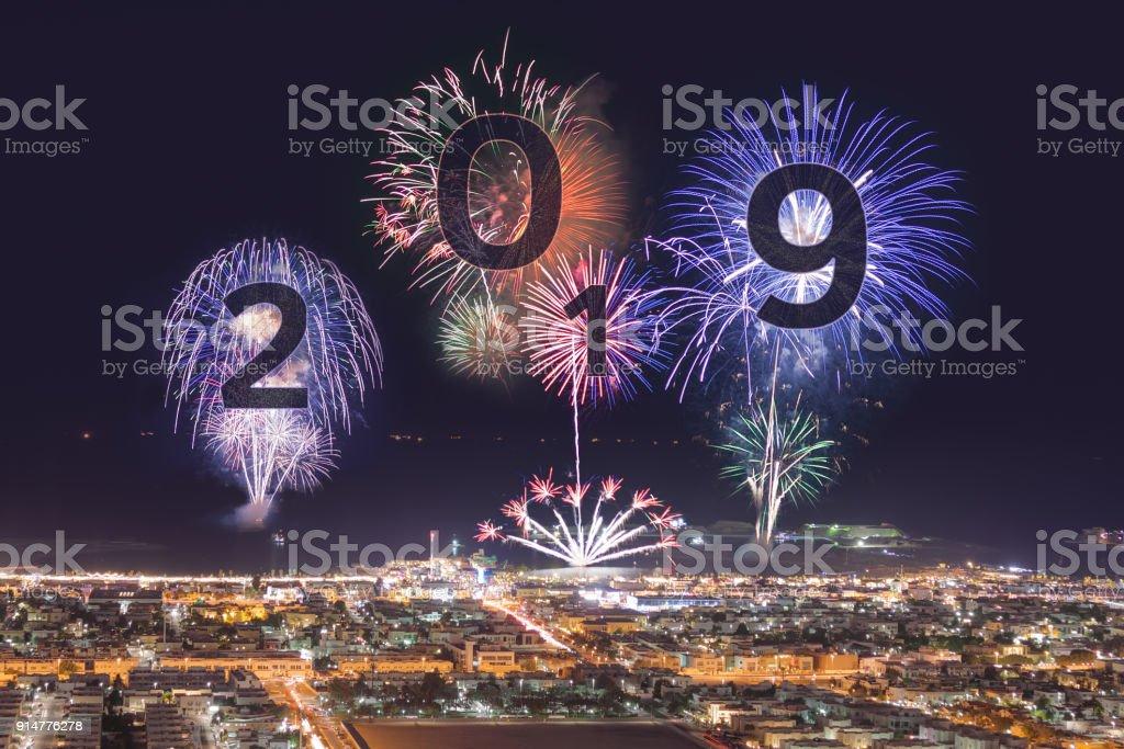 Año 2019 próximos con fuegos artificiales sobre la playa de Dubai - foto de stock