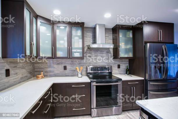 Updated contemporary kitchen room interior in white and dark tones picture id924627640?b=1&k=6&m=924627640&s=612x612&h=pwcitxoyygwsxrcvf7e2ftfhgwfafhqjxoanlkcwit8=