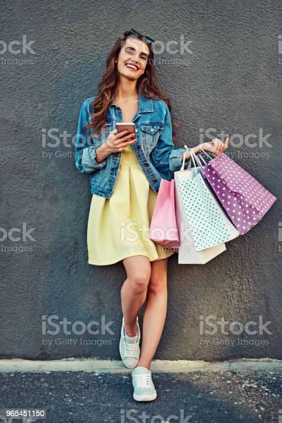 Aktualizowanie Mojej Garderoby I Aplikacji W Tym Samym Czasie - zdjęcia stockowe i więcej obrazów Kobiety