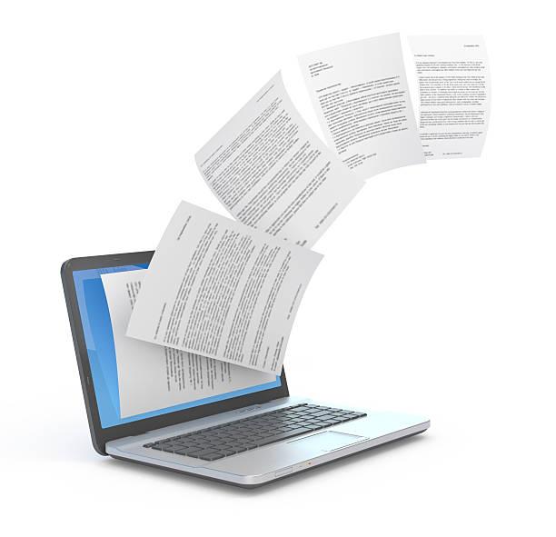 Hochladen von Dokumenten und laptop. – Foto