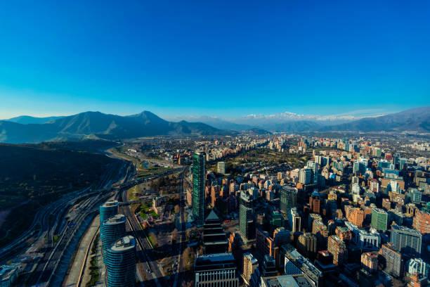 Oberer Blick auf die Stadt Santiago-Megalopolis-Städte von South América – Foto