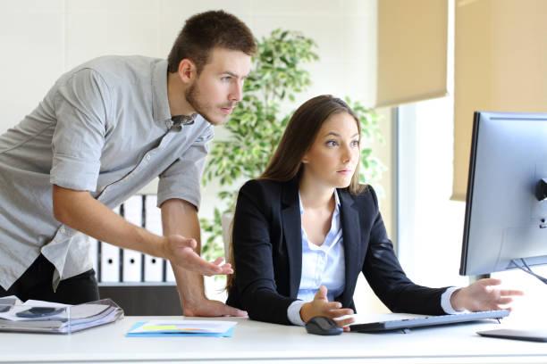 upset businesspeople working with a computer - fehlermeldung stock-fotos und bilder