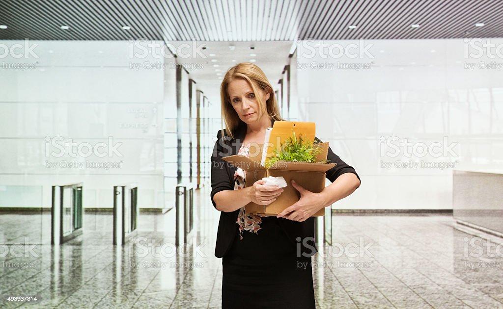 Verärgert Geschäftsfrau in Büro mit box – Foto