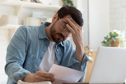 悩んでいる男性の写真|KEN'S BUSINESS|ケンズビジネス|職場問題の解決サイト中間管理職・サラリーマン・上司と部下の「悩み」を解決する情報サイト