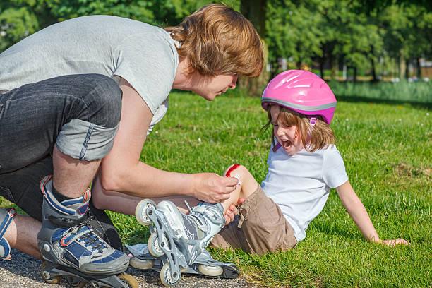 En colère jeune fille avec un genou blessés - Photo