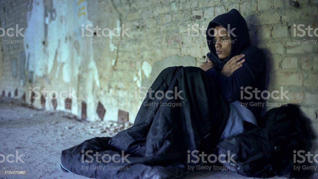 Verärgert Obdachlosen Teenager tragen Hoodie, Kältegefühl, Gleichgültigkeit und Armut - Lizenzfrei Afro-amerikanischer Herkunft Stock-Foto
