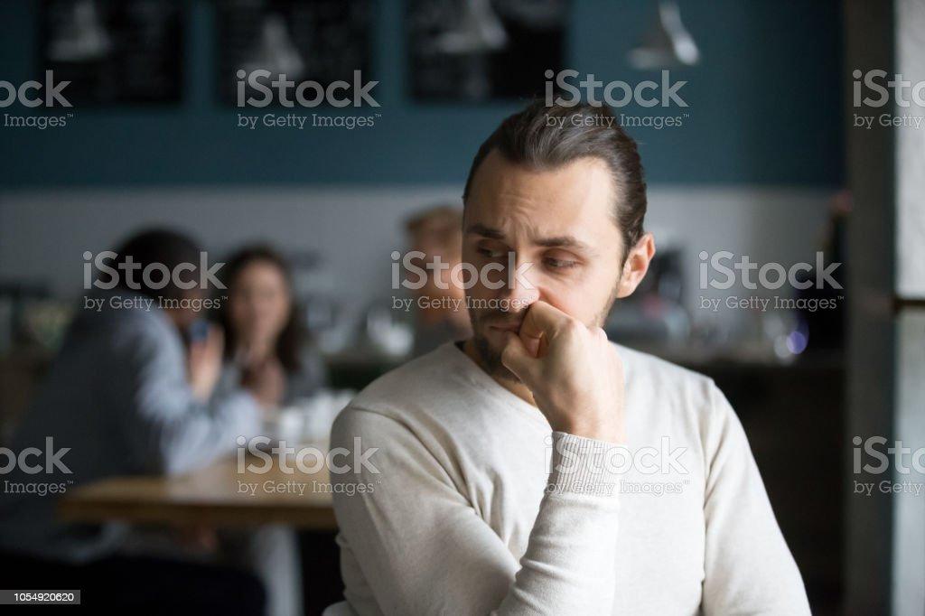 Verärgert, männlichen ausgestoßenen Gefühl einsam saß allein im café - Lizenzfrei Arbeitskollege Stock-Foto