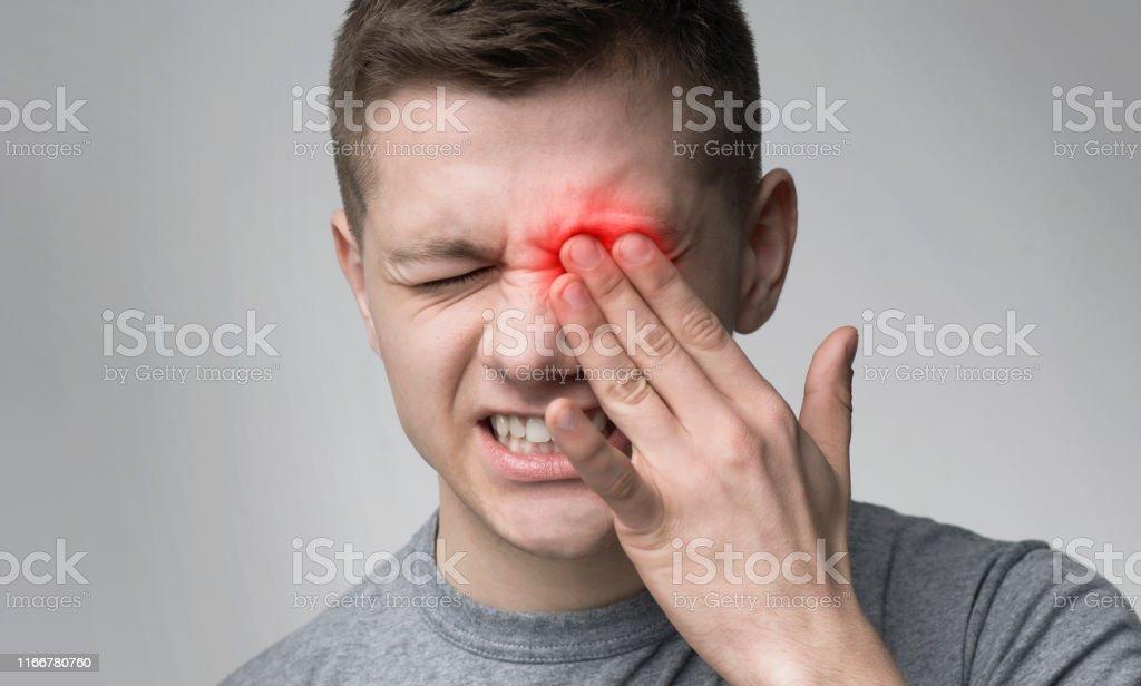 患有強烈眼痛的不安者 - 免版稅不滿圖庫照片