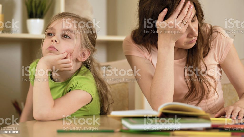 Verärgert Mutter ist wütend, um etwas gelangweilt Tochter, Homeschooling, Missverständnis – Foto