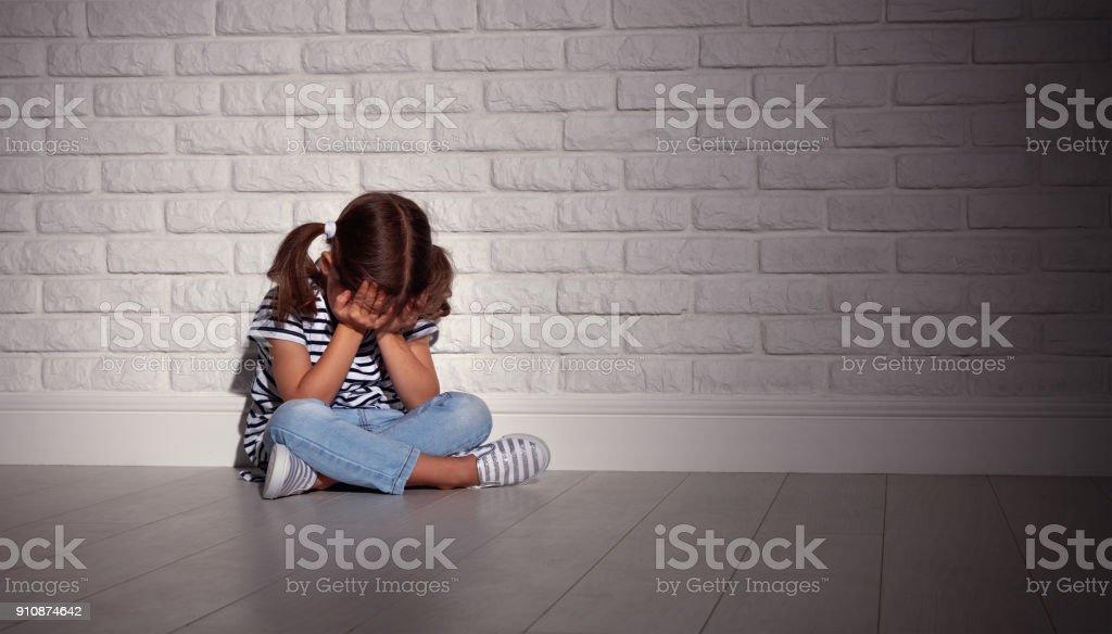 traurig traurig traurig Kind Mädchen in den Stress schreien auf eine leere, dunkle Wand – Foto