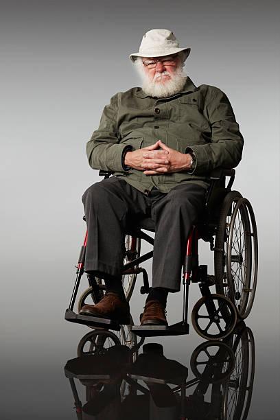 Traurig senior Mann sitzt auf einem Rollstuhl – Foto