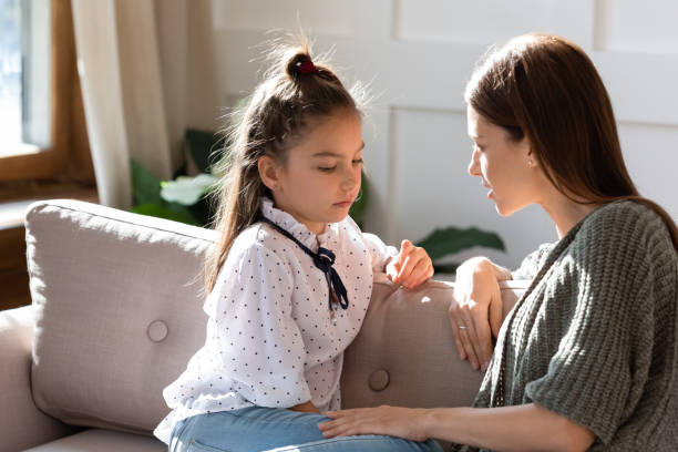 upprörd liten skolflicka med förtroendefulla samtal med mamma. - förälder bildbanksfoton och bilder