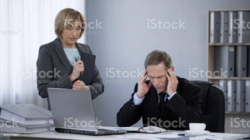 Verärgert gestressten Business-Mann leiden unter Kopfschmerzen, Treffen mit Sekretär - Lizenzfrei Arbeiten Stock-Foto